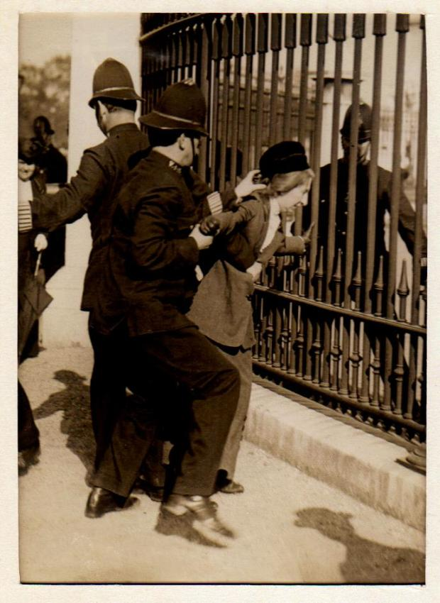 At the Buckingham Palace railings, 21 May 1914